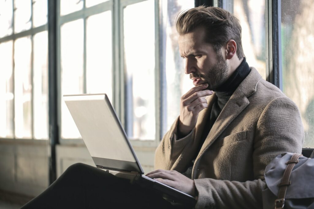 (c) Bruce Mars - Mann arbeitet am Computer
