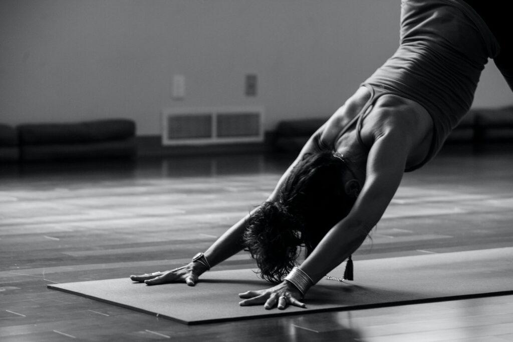 (c) Ginny Rose Stewart - Frau macht Yoga