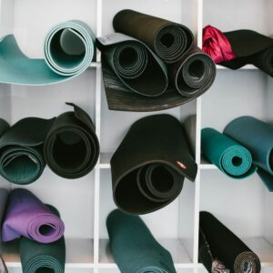 (c) Jordan Nix - Yoga-Matten im Regal im Yoga Studio